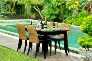 食卓を優雅に彩るダイニングテーブル