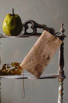 古書の羊皮紙のような長財布  - VELLUM