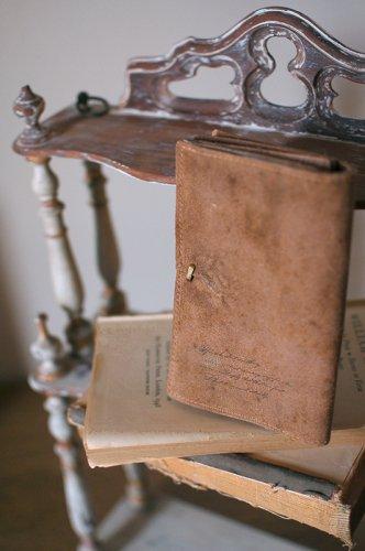 古書の羊皮紙のような二つ折財布  - VELLUM