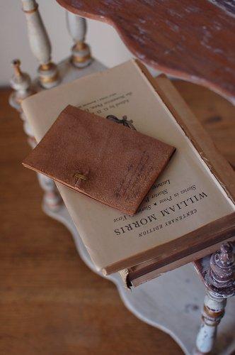 古書の羊皮紙のようなカードケース  - VELLUM