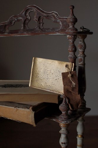朽ちた箔押しのような金のパスケース  - VELLUM