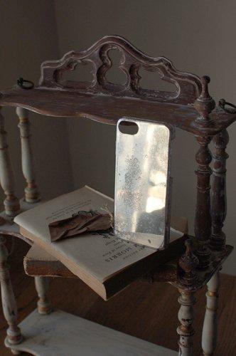 朽ちた箔押しのような銀のiPhoneケース  - VELLUM