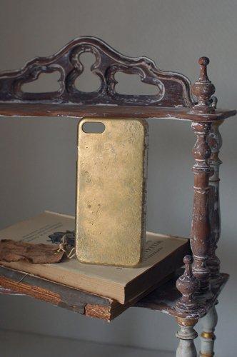 朽ちた箔押しのような金のiPhoneケース  - VELLUM