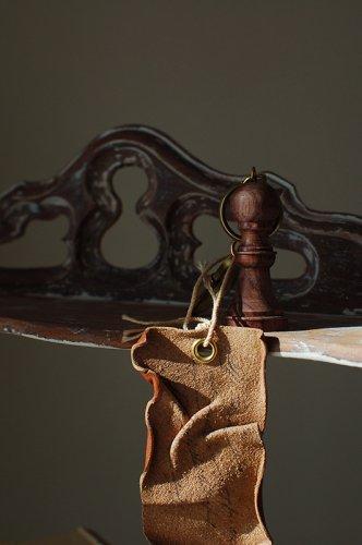 羊皮紙と書斎にあるチェスのようなキーホルダー  - VELLUM