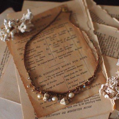 古書のビーズのネックレス