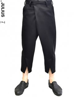 _JULIUS Cropped Front Slit Trousers<img class='new_mark_img2' src='https://img.shop-pro.jp/img/new/icons8.gif' style='border:none;display:inline;margin:0px;padding:0px;width:auto;' />