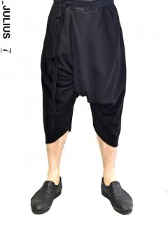 _JULIUS Shirring Crotch Cropped Pants -BLACK-<img class='new_mark_img2' src='https://img.shop-pro.jp/img/new/icons8.gif' style='border:none;display:inline;margin:0px;padding:0px;width:auto;' />