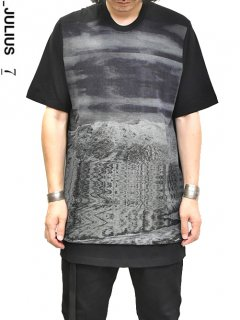 _JULIUS Avalanche Mesh Print T-Shirt<img class='new_mark_img2' src='https://img.shop-pro.jp/img/new/icons8.gif' style='border:none;display:inline;margin:0px;padding:0px;width:auto;' />