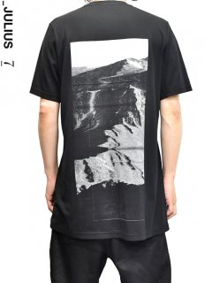 _JULIUS Avalanche Back Print T-Shirt<img class='new_mark_img2' src='//img.shop-pro.jp/img/new/icons8.gif' style='border:none;display:inline;margin:0px;padding:0px;width:auto;' />