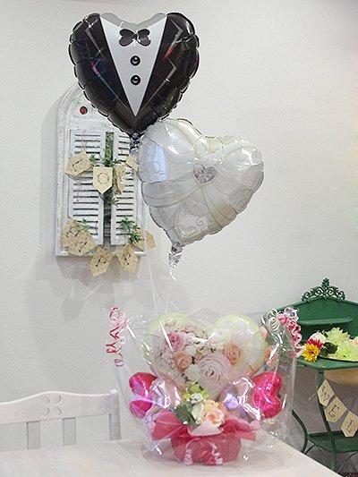 【B335】 お花のバルーンアレンジメントとブライダル衣装のふわふわ浮かぶヘリウム風船
