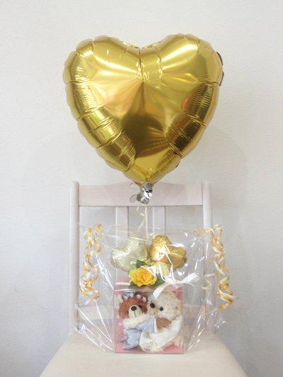 【B67】 ウエルカムベアの新郎新婦とゴールドのハート型ヘリウム風船