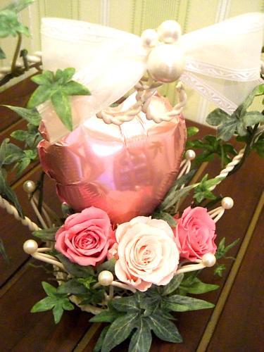 【B123】 クラウン(王冠)をピンク系のハート風船やプリザーブドフラワーで飾ったアレンジメント