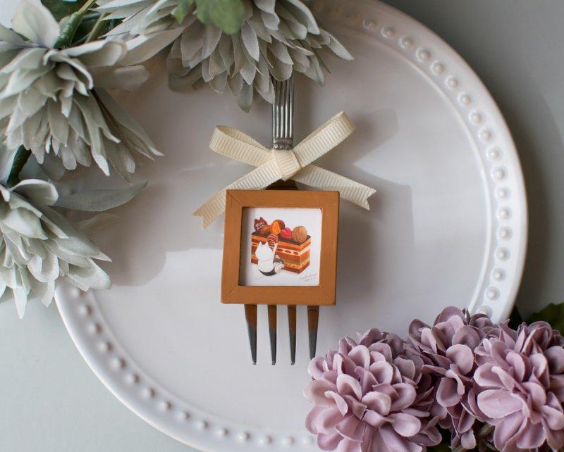 ネコぱんとオペラケーキのブローチ 小さな木製フレーム
