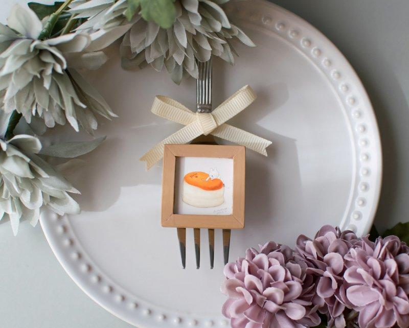 ネコぱんとスフレチーズケーキのブローチ 小さな木製フレーム