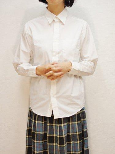 ベーシックな定番白シャツ