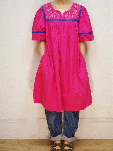 ボリューム袖のピンクのワンピース