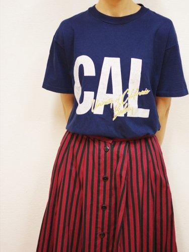 ネイビーのCALプリントTシャツ