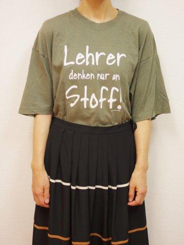 オリーブカラーのプリントTシャツ