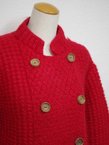 冬を乗り越えるダブルの赤い手編みのカーディガン