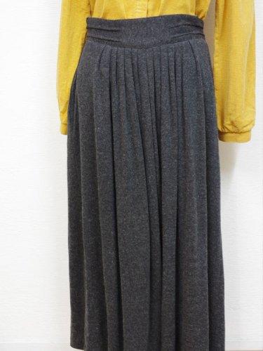チャコールグレーのニットマキシスカート