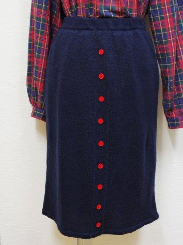 赤いボタンのネイビーのニットスカート