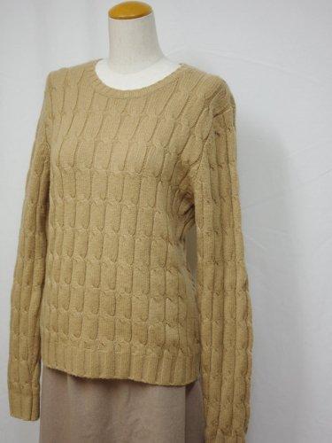 ベージュのケーブル編みのニットセーター