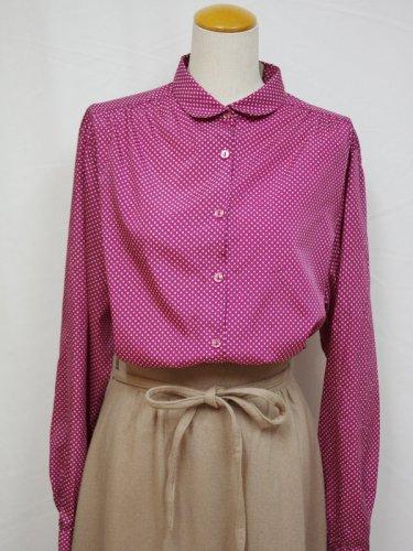 ピンクのドット模様の丸襟ブラウス