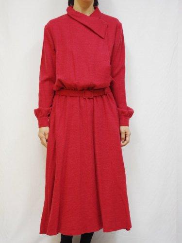 ベルト付き赤いロングワンピース
