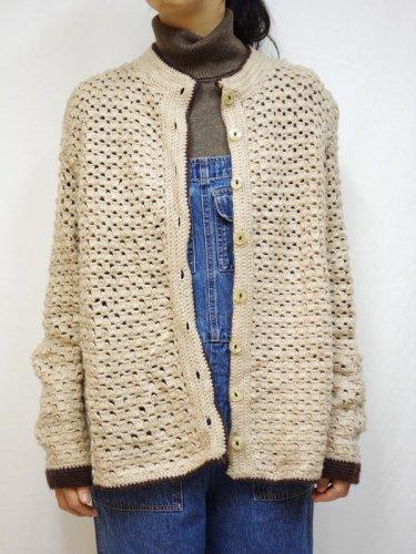 ベージュの手編みカーディガン