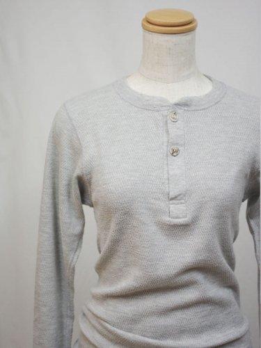 ヘンリーネックのグレーのサーマルシャツ