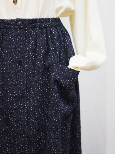 小さな実のフロントボタンのスカート