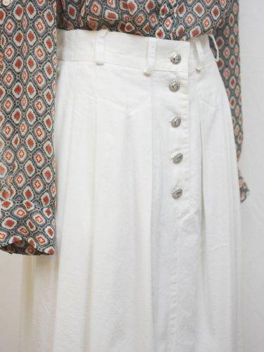 太陽のボタン付きホワイトスカート