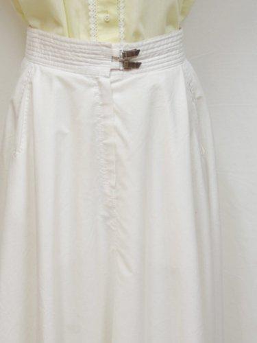 クリップ付きのホワイトスカート