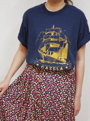 ネイビーの船のプリントのTシャツ