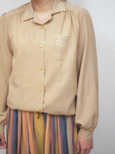 襟とポケットにお花刺繍のオープンカラーブラウス