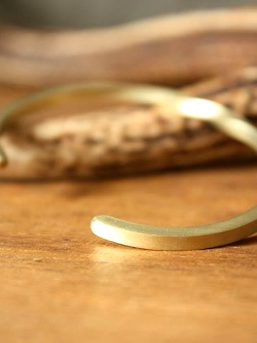 Slow Rise center twist brass bangle unisex