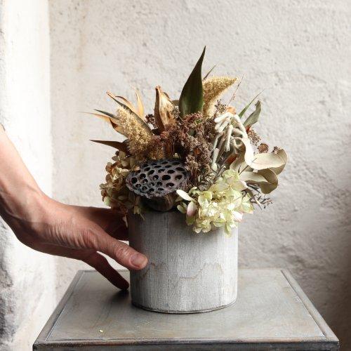 乾き花のマリーサイモン、あじさいユーカリなどを小さめのアレンジメント。