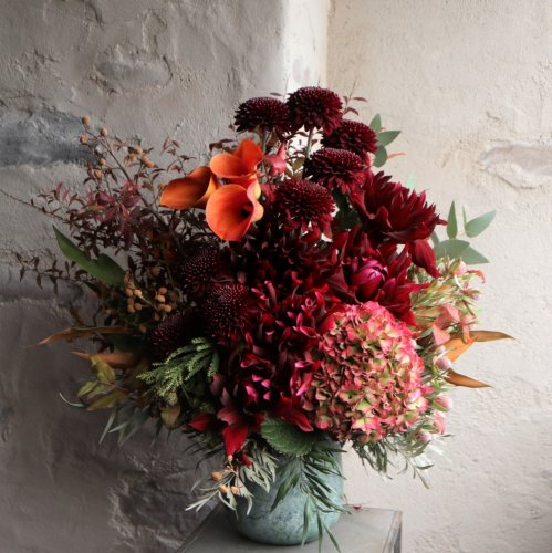 情熱的な鮮やかな赤とオレンジ色を合わせた華やかさとゴージャスな印象のアレンジメント