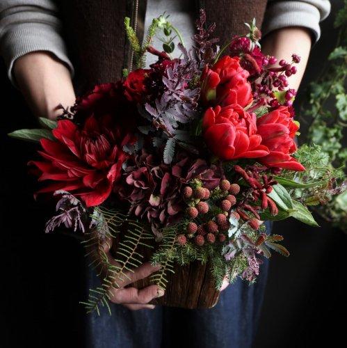 クリスマスシーズンに赤いアレンジメント 冬