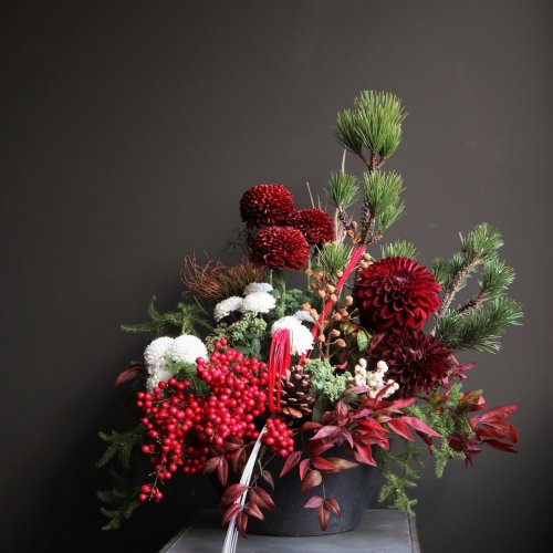 お正月に赤の南天の実や松、コケ、菊などのおめでたいアレンジメント