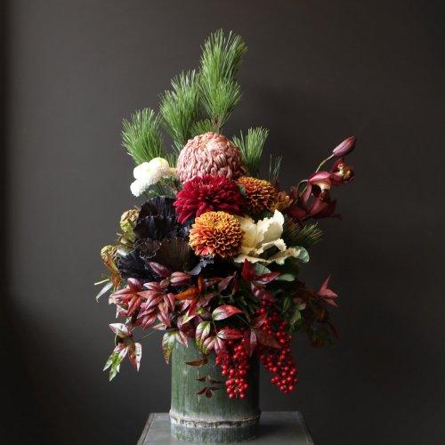 シックですが、お正月らしい華やかさもある青竹に菊や蘭、松などをモダンにアレンジメント。