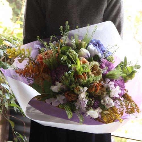 淡いパステル調のやさしい色合いのお花を束ねた春を感じるブーケ。