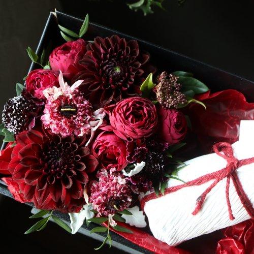 バレンタインの贈り物に チョコレートケーキと季節のアレンジメントのギフト