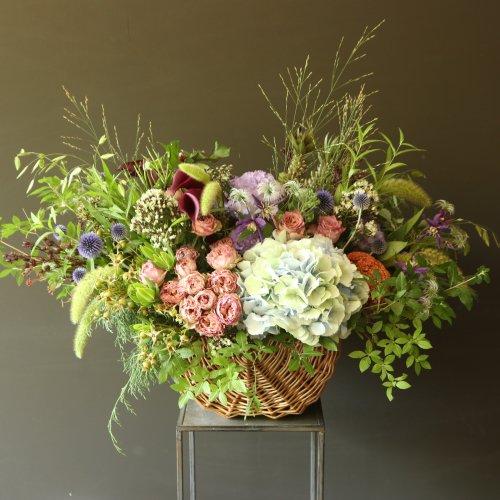 サマーギフト、お祝に、初夏のお花を摘んできたようにバスケットにアレンジメント