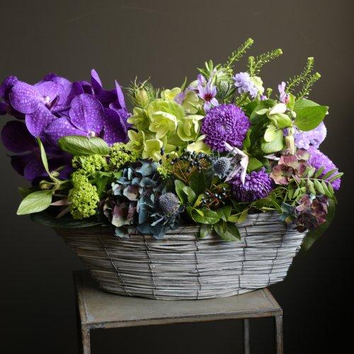 古希や喜寿のお祝いごとに、シックな紫色のアレンジメント