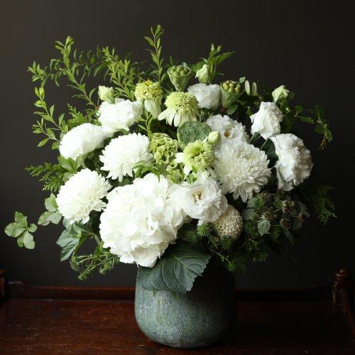 白のお花とグリーンで涼しい印象のアレンジメント