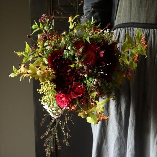 秋のダークな色合いを華やかにまとめたブーケ