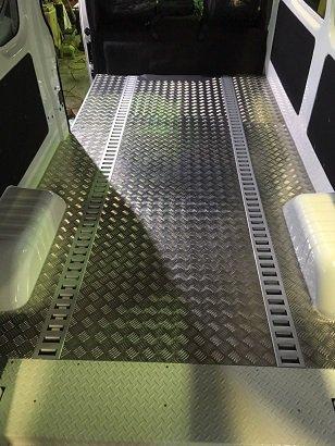 NV350 ラッシングレール床貼り