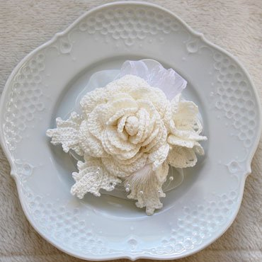 ホワイト 巻きバラとジャスミン、ミンクボンボンのコサージュ