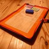 小物も収納可能  バレーボールコートの折りたたみ戦術ボード(イレーザー付き)